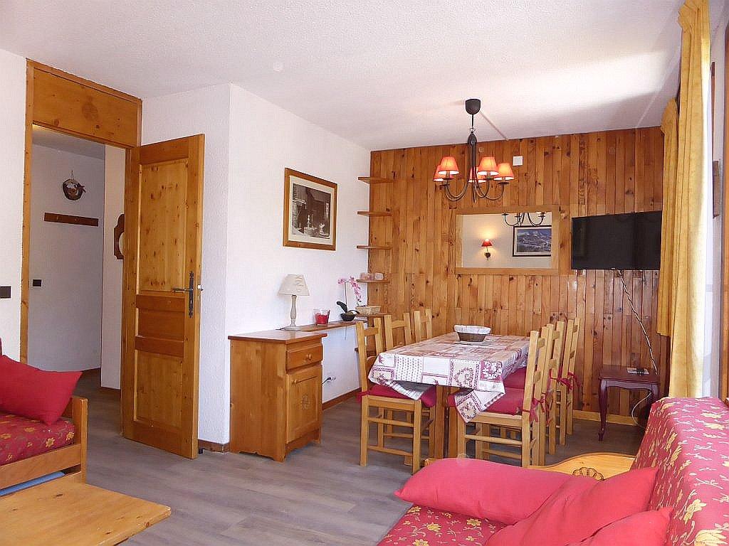 Foto van de eethoek en kamer van appartement Souche 15