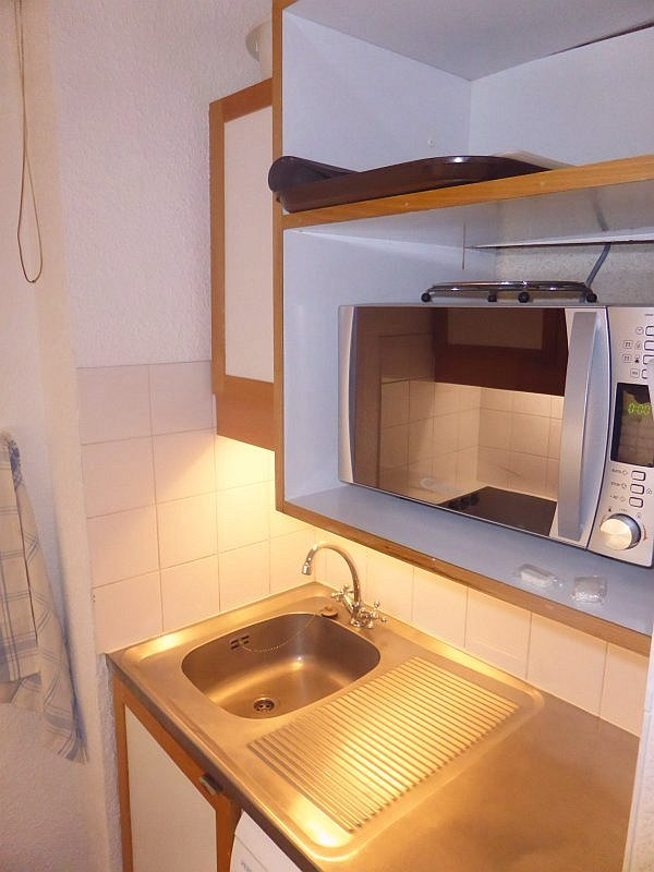 Foto van het aanrecht in de keuken van appartement Souche 8