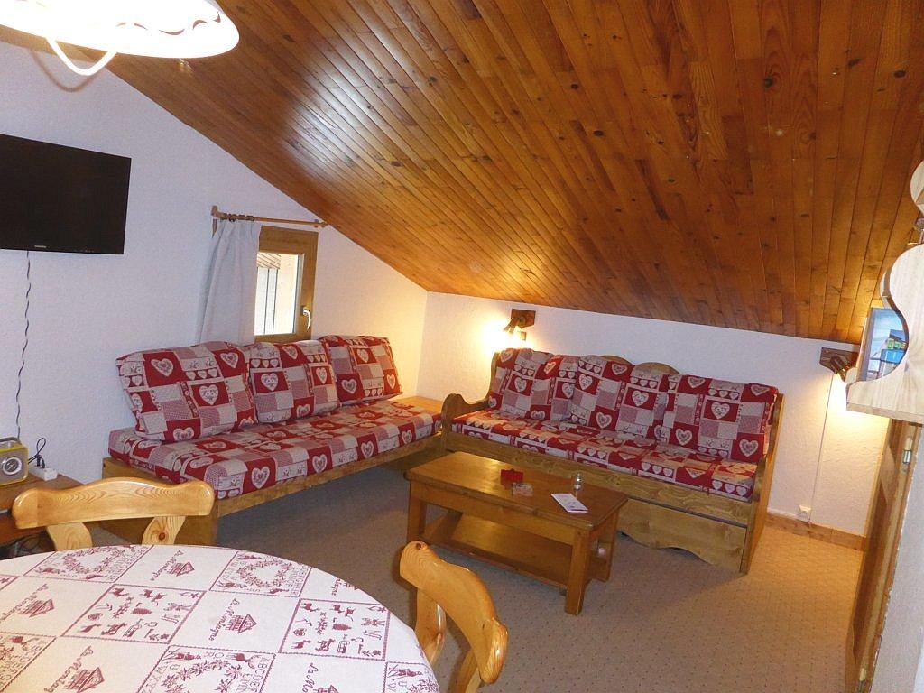 Foto van de zithoek met tv van appartement Souche 23